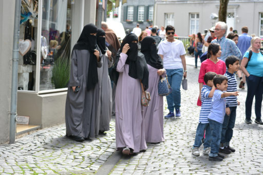 Des femmes portant le niqab, dans les rues de Monschau en Allemagne