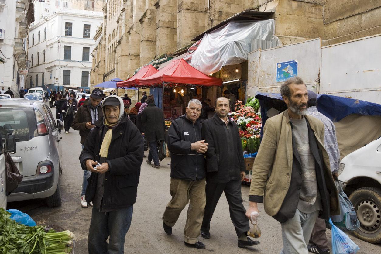 Alger, Algérie - 6 décembre 2012: Des personnes marchent dans une rue près de la mosquée Djemaa Ketchoua dans le quartier de Cabah à Alger.