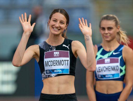 La sauteuse en hauteur australiennne Nicola McDermott sourit et salue la foule lors de la Diamond League à Rome en octobre 2020.. Sur son poignet se trouve une croix dessinée au marqueur et les mots «pour sa gloire».