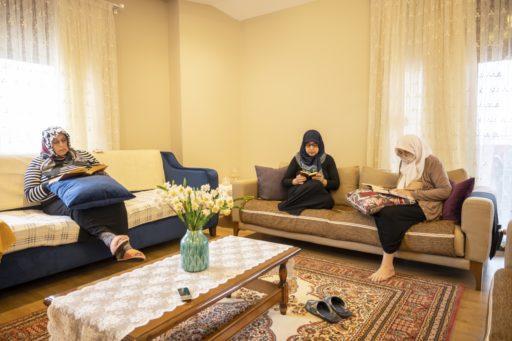 Des femmes musulmanes lisant le Coran pendant le mois du Ramadan