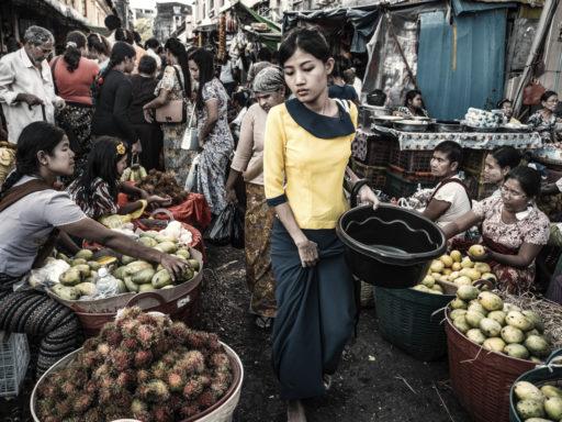 Scène de rue dans le marché du quartier chinois de Yangon au Myanmar.