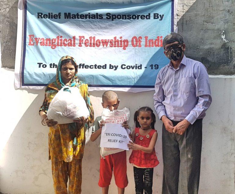 Une famille aidée par l'Alliance évangélique indienne lors de la première vague de la pandémie en 2020