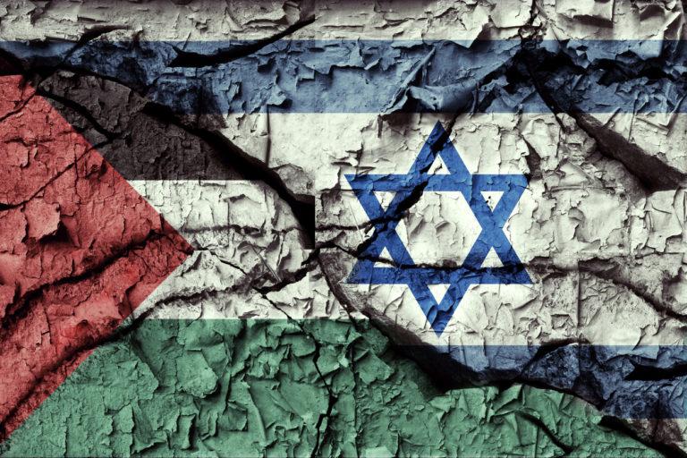Drapeaux de la Palestine et d'Israël peints sur un mur fissuré. Illustration