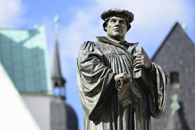 La statue de Martin Luther sur la Marktplatz à Eisleben, ville de naissance et de mort du réformateur allemand