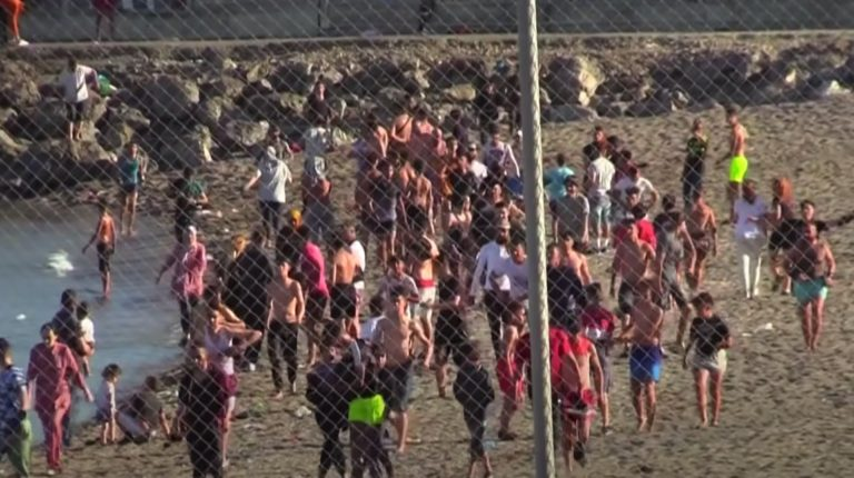 Des milliers de migrants sont arrivés à Ceuta depuis le Maroc, en une journée