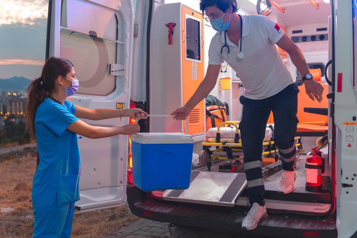 Personnel ambulancier, se précipitant pour une transplantation