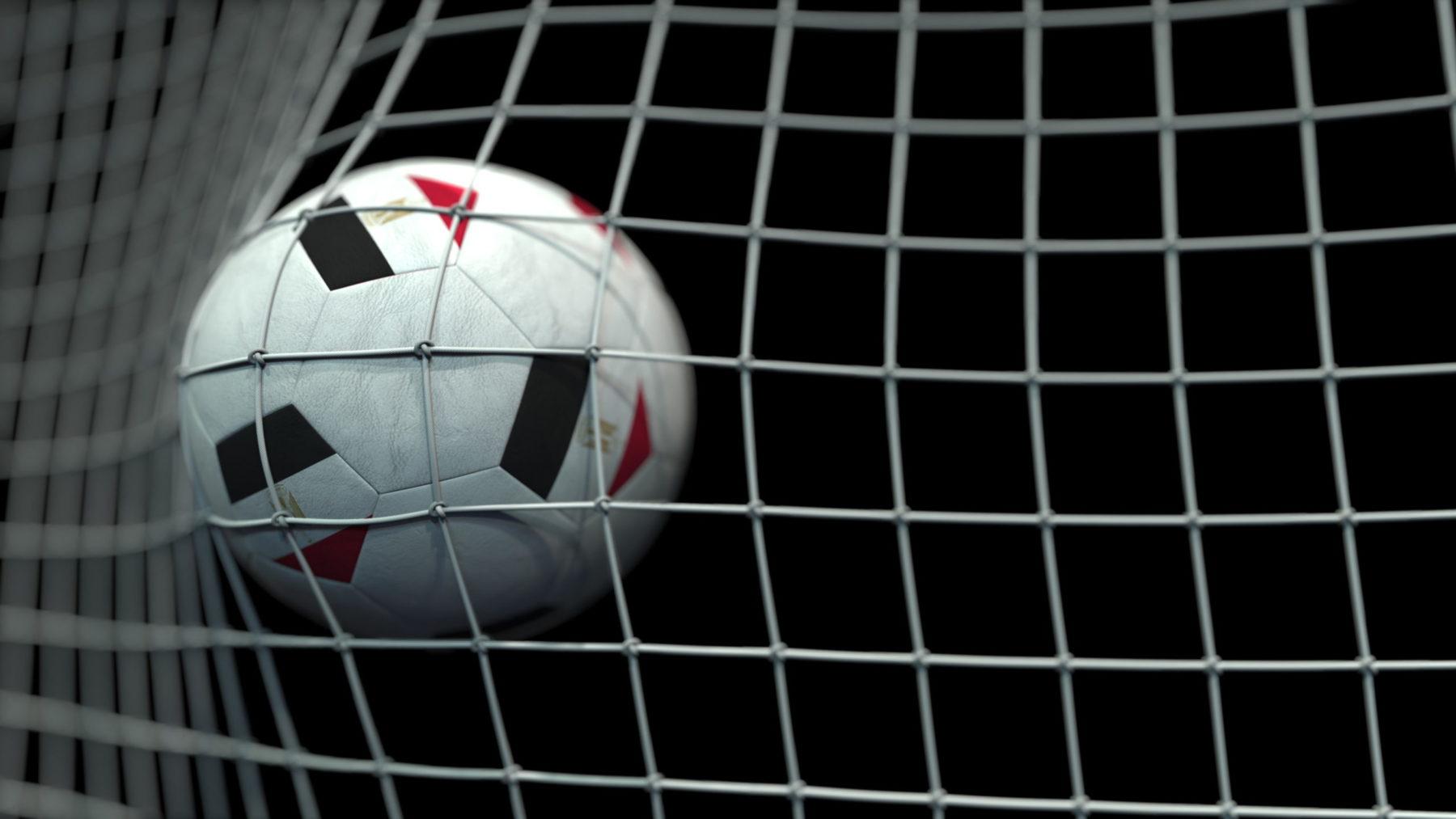 Un ballon de foot dans les buts, en première division égyptienne