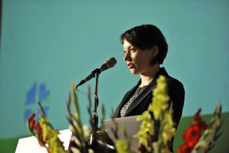 Anne Burghardt parle dans un micro