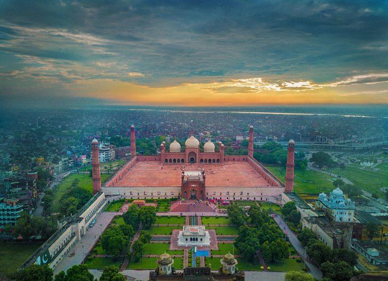 Vue aérienne de la ville de Lahore au Pakistan, et en particulier de la mosquée Badshahi.