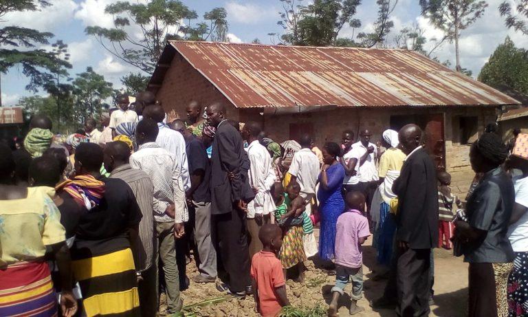 Image d'un enterrement en Afrique. Les personnes sont de dos