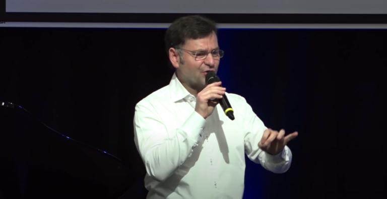 Franck Meyer parle au micro
