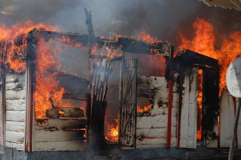 Une maison brûle