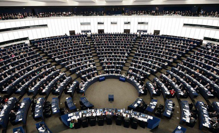 Vue intérieure du Parlement européen dont les sièges sont occupés