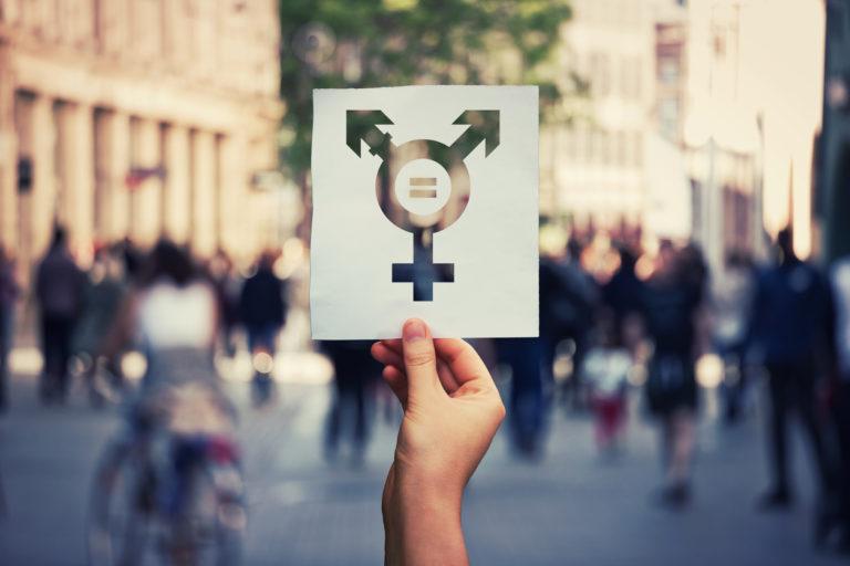Symbole transgenre dessiné sur un morceau de papier