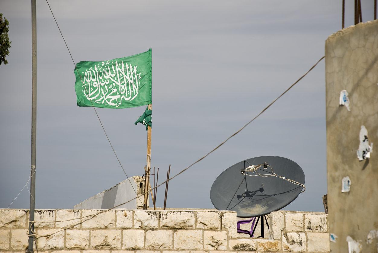Le drapeau du Hamas flotte sur une maison palestinienne en Cisjordanie