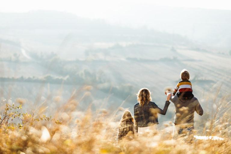 Un famille se promenant sur une colline