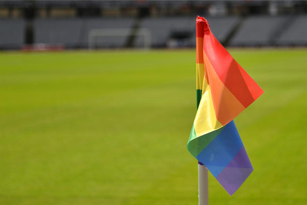 Un drapeau de corner de terrain de football aux couleurs de la communauté LGBT