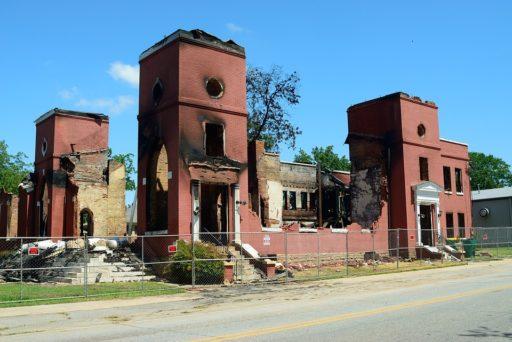 Les restes d'une église brûlée