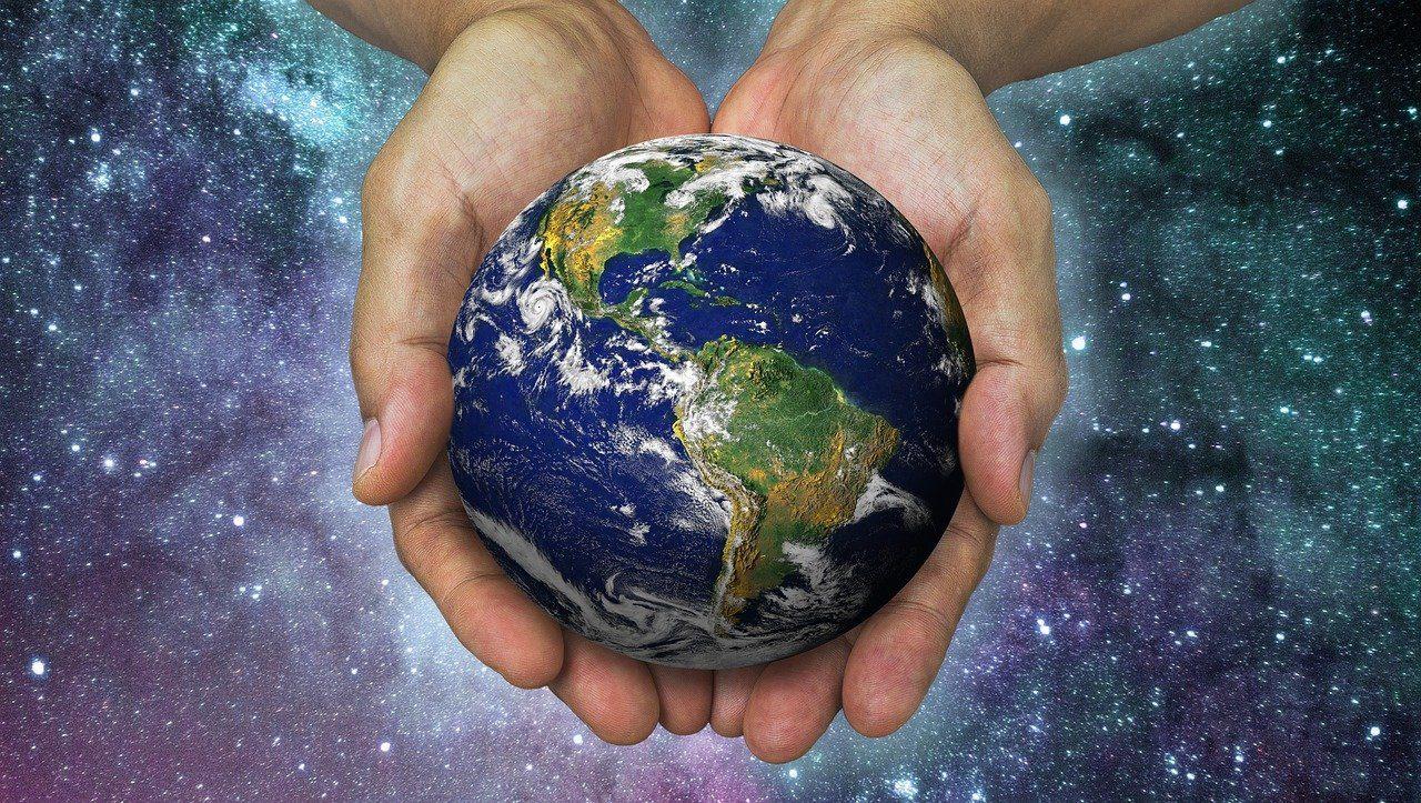 Des mains tiennent la terre