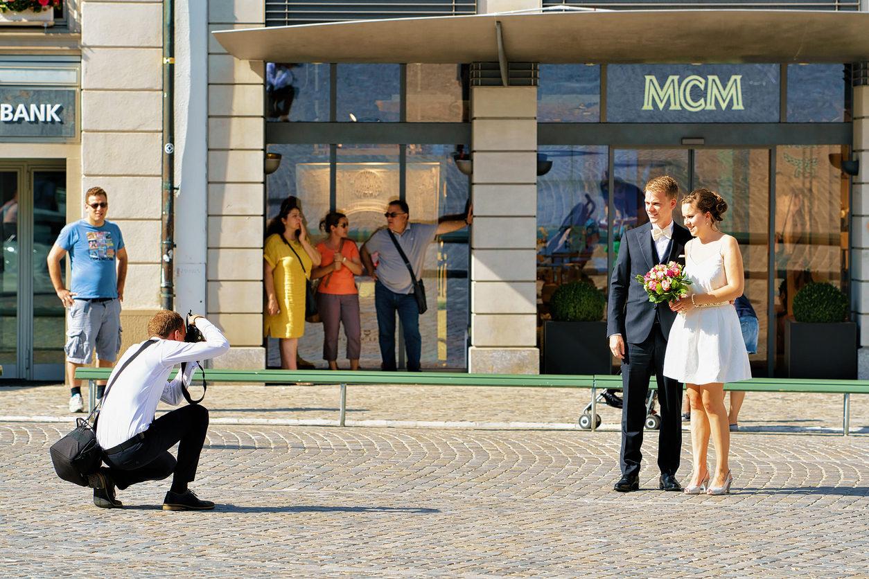 Jeune couple marié photographié dans les rues de Zurich, Suisse