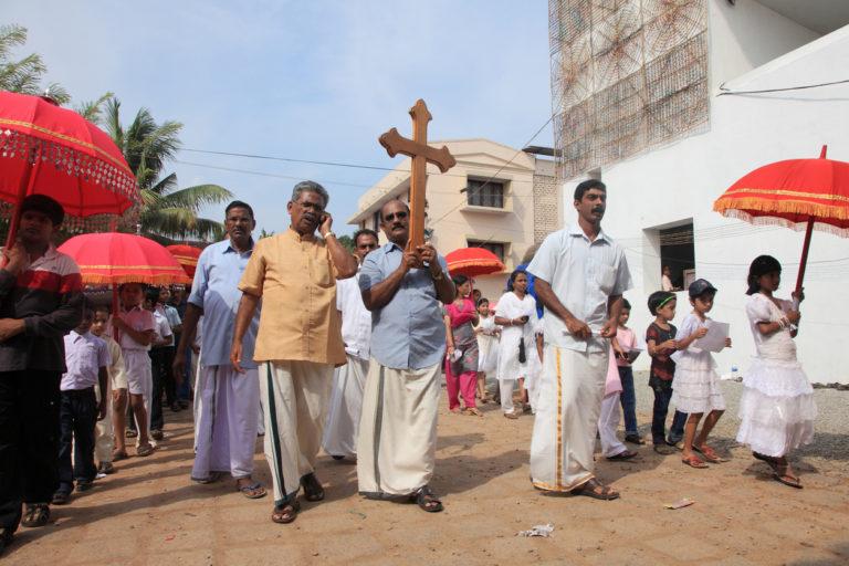 Groupe d'indiens portant une croix