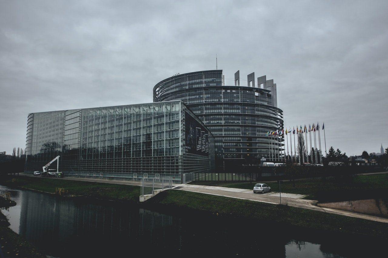 Le Parlement européen, photo en noir et blanc