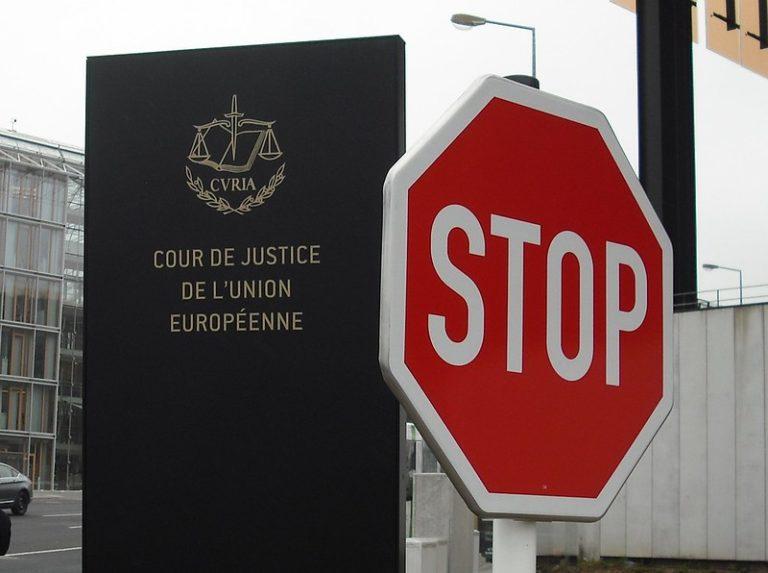 La stèle de la Cour de justice de l'Union européenne avec un panneau Stop