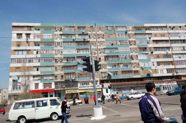 Rue d'un quartier résidentiel de Tachkent, capitale de l'Ouzbékistan