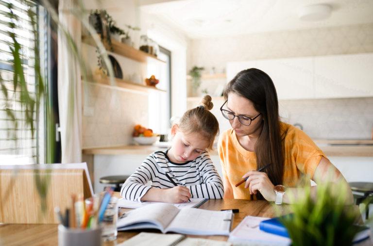 Une mère et sa fille en train d'étudier dans le cadre de l'école à la maison ou enseignement à domicile