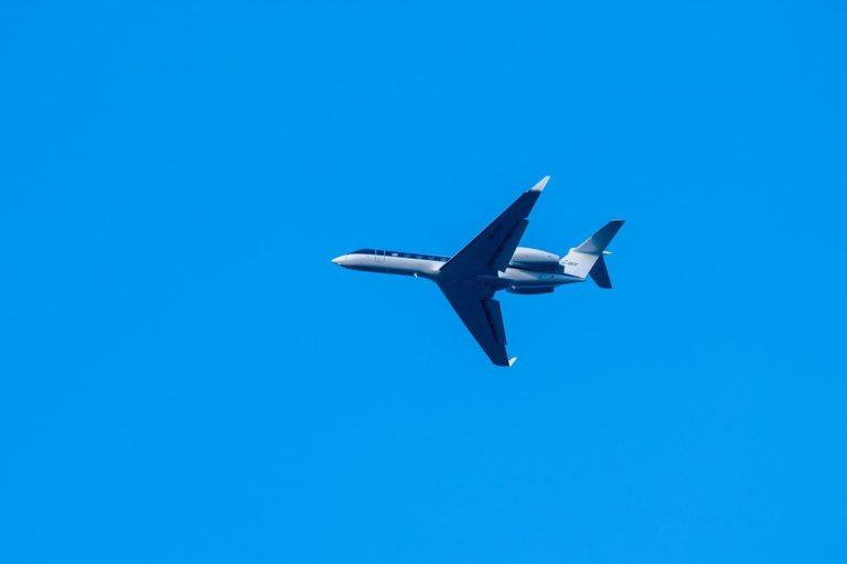 Jet privé sur fond de ciel bleu