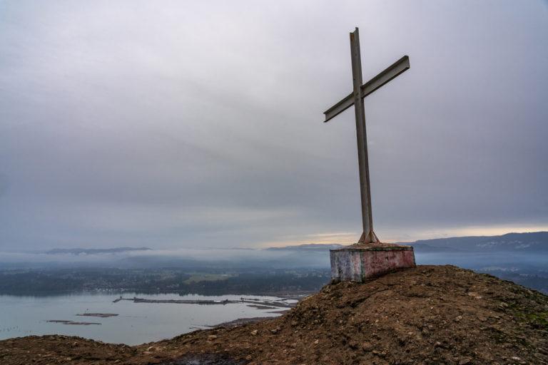 Une croix chrétienne sur fond marin