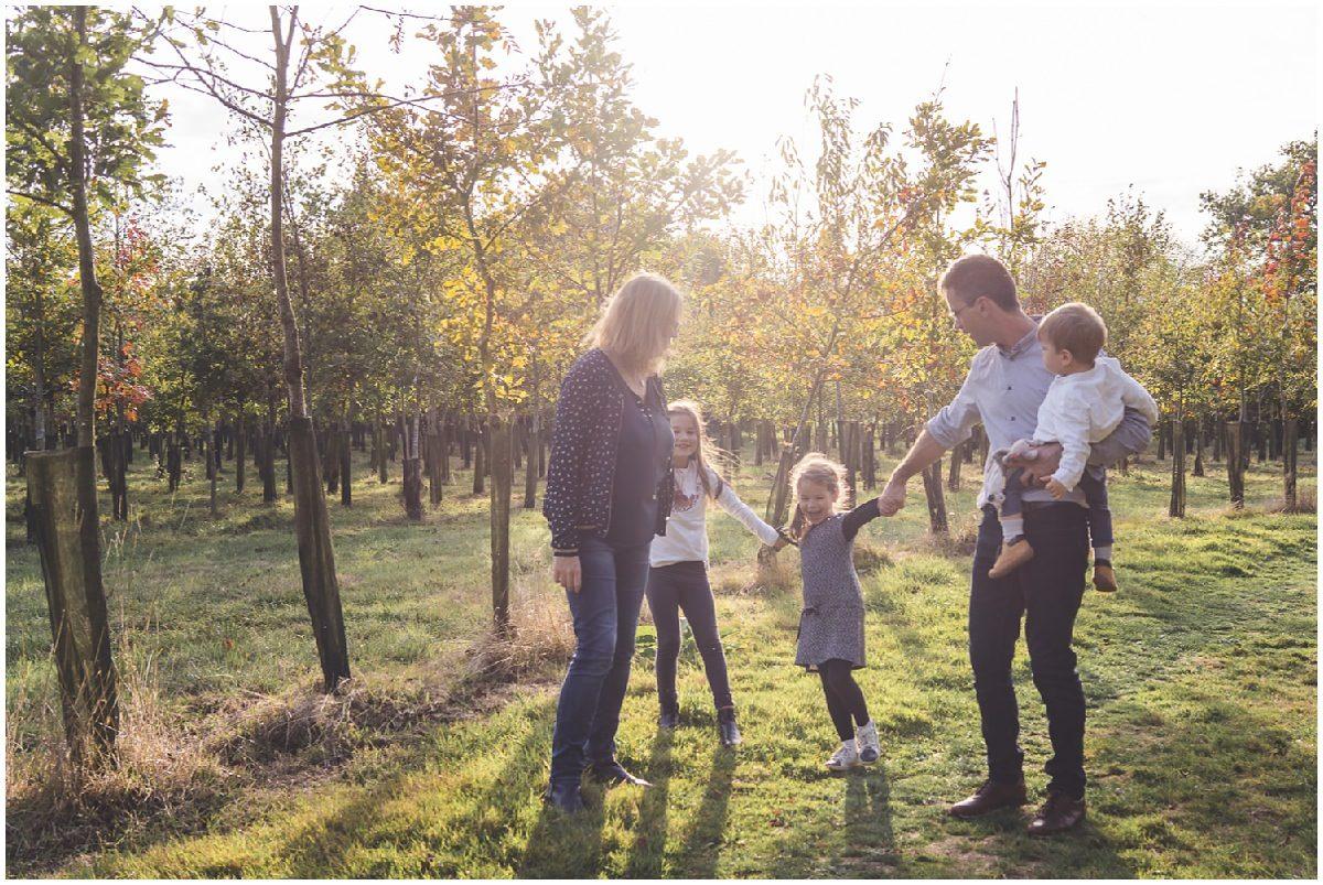 une famille en forêt