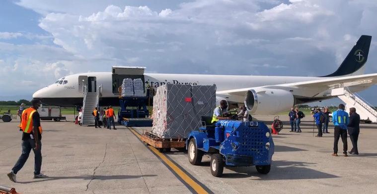 Dès le 15 août, l'avion DC-8 de Samaritan's Purse a acheminé en Haïti 31 tonnes de matériel dont des abris d'urgence, des systèmes de filtration d'eau et des fournitures médicales.