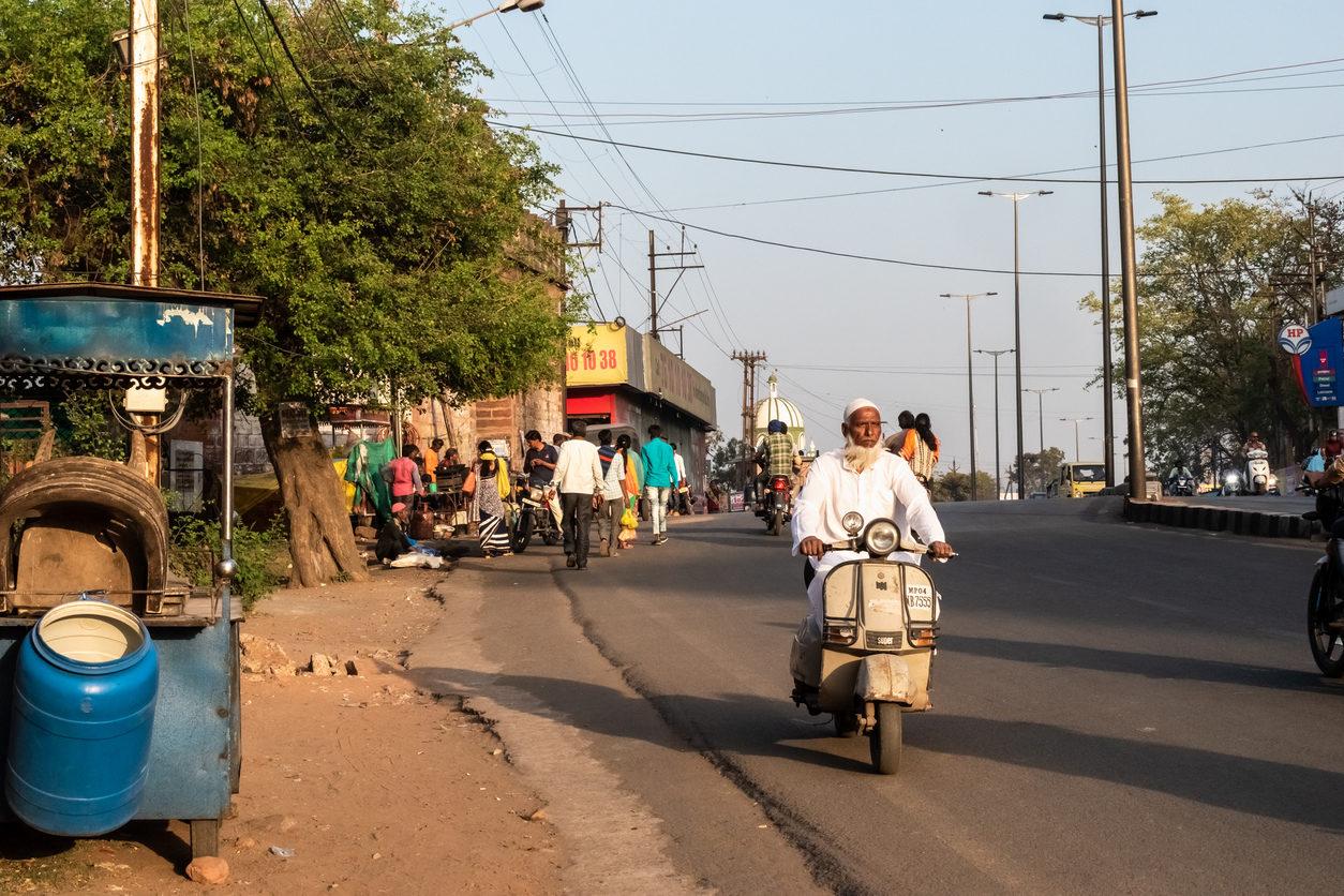 Bhopal, Madhya Pradesh, Inde - Mars 2019 : Un vieil homme musulman indien conduisant un scooter dans les rues de la ville de Bhopal.