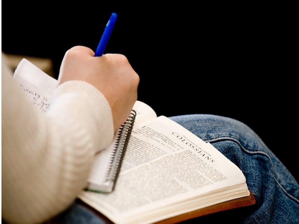 Neuf années et 782 000 mots plus tard, Caroline Campbell, une Américaine de 28 ans, a achevé de copier la Bible à la main. La jeune femme trisomique avait commencé ce travail de longue haleine en janvier 2012 sur suggestion de son père.