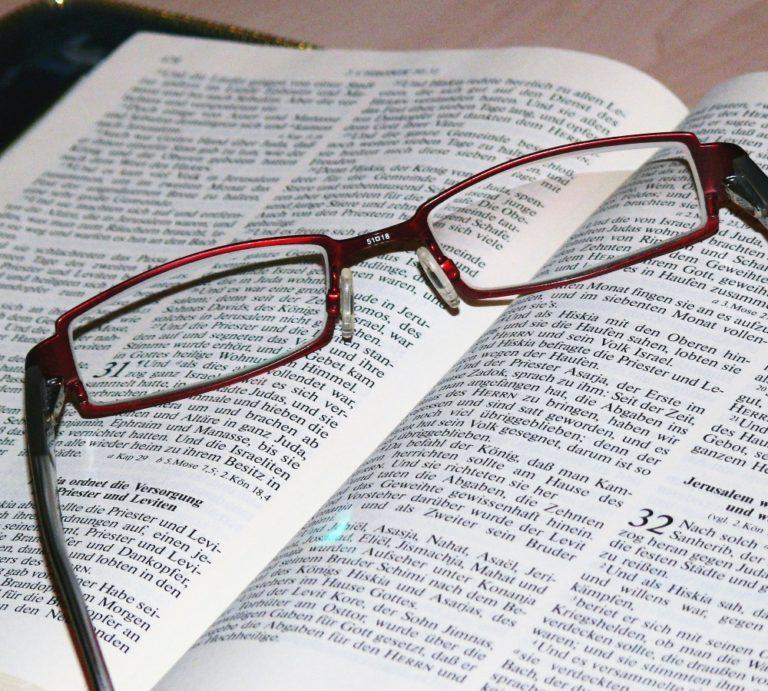 Une paire de lunettes posée sur une Bible ouverte