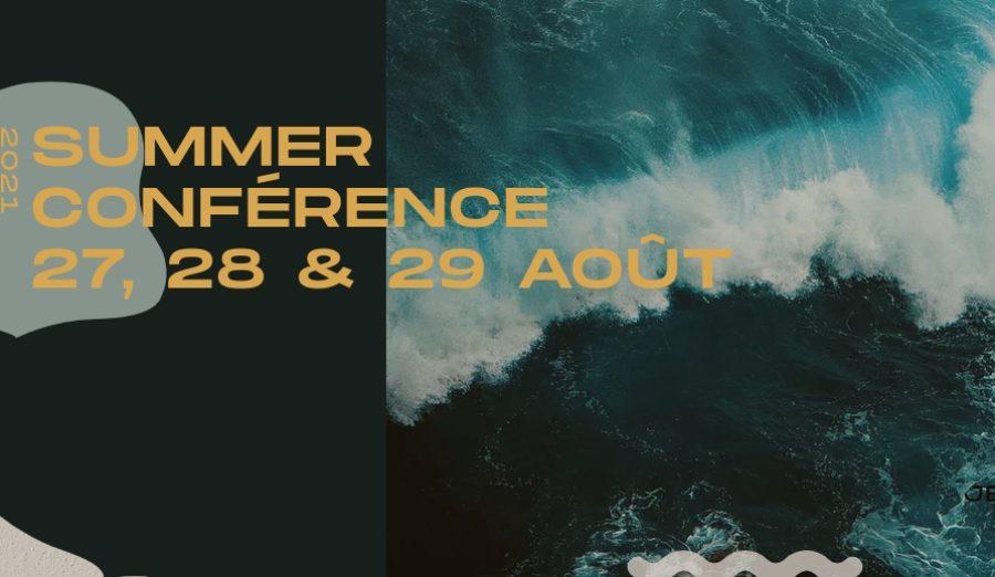 Affiche pour la Summer conférence 2021, texte en jaune sur fond de vague bleue