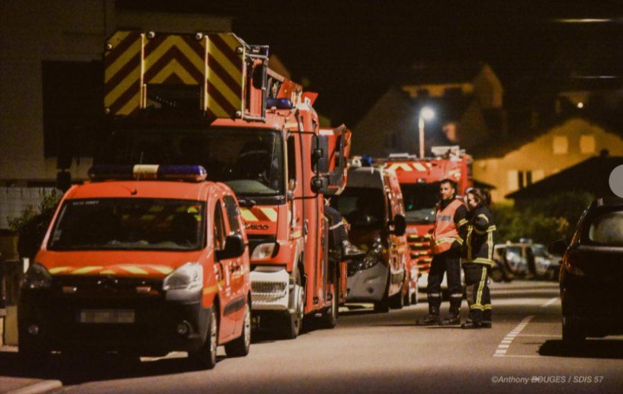 Une rangée de véhicules de pompier, de nuit