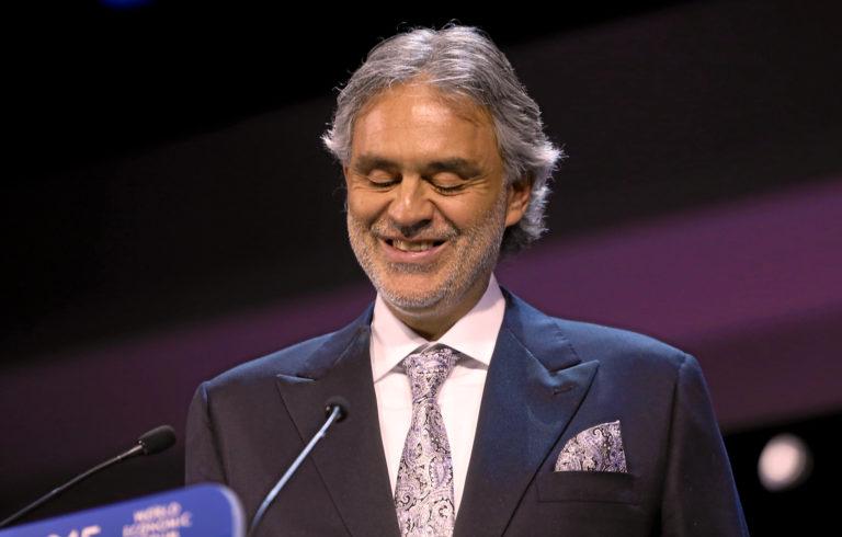 Andrea Bocelli, souriant