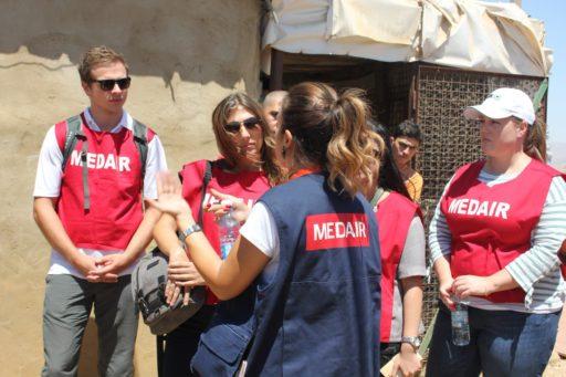 Des membres d'une équipe de Medair parlent entre eux