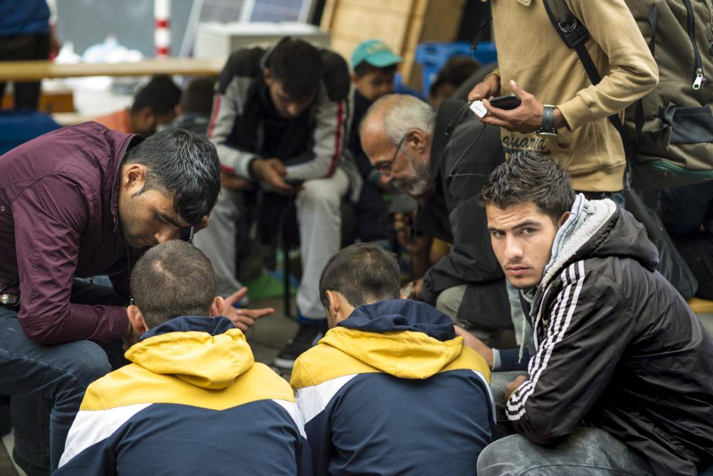 Un groupe de réfugiés du Moyen-Orient assis