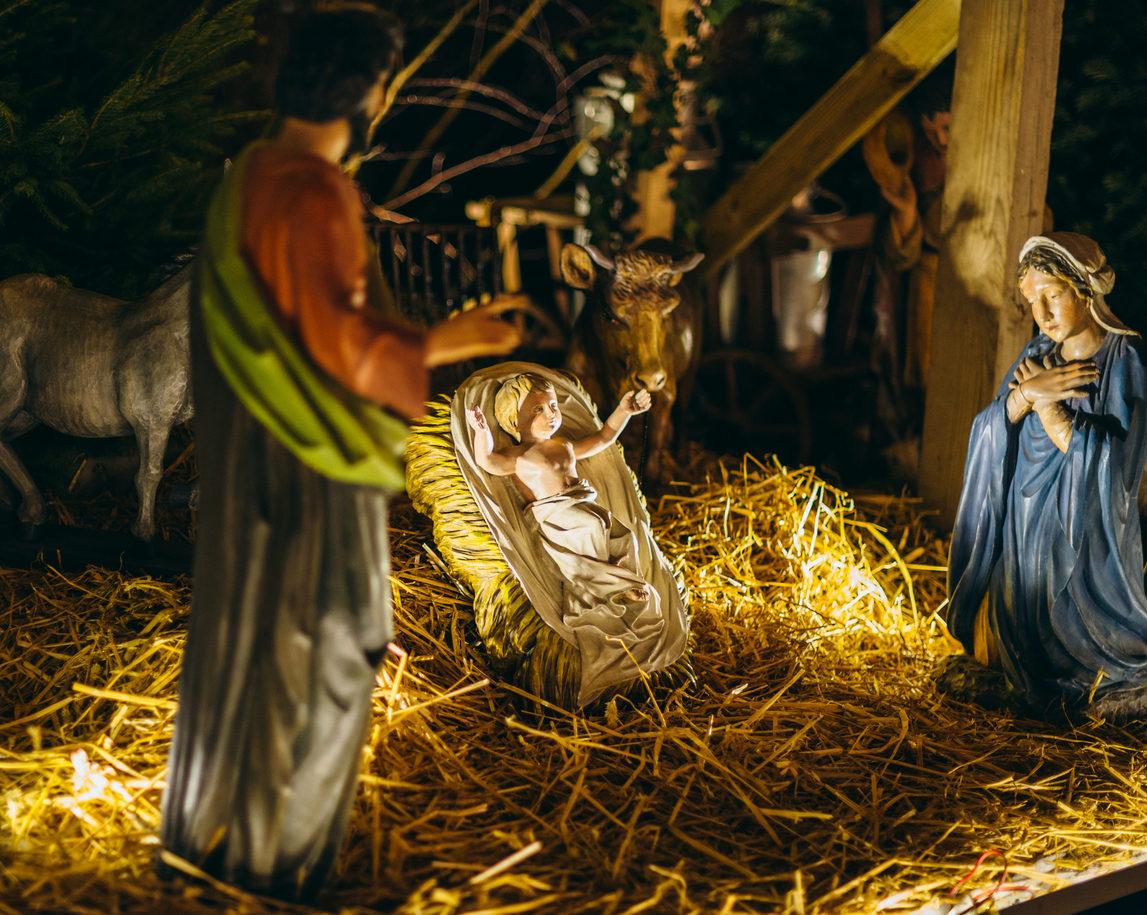 AdrianHancu /iStock - image d'illustration - Crèche de la Nativité sur le marché de Noël à Strasbourg en décembre 2016, avec des santons représentant Jésus, Marie et Joseph
