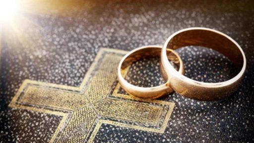 Deux alliances posées sur une Bible