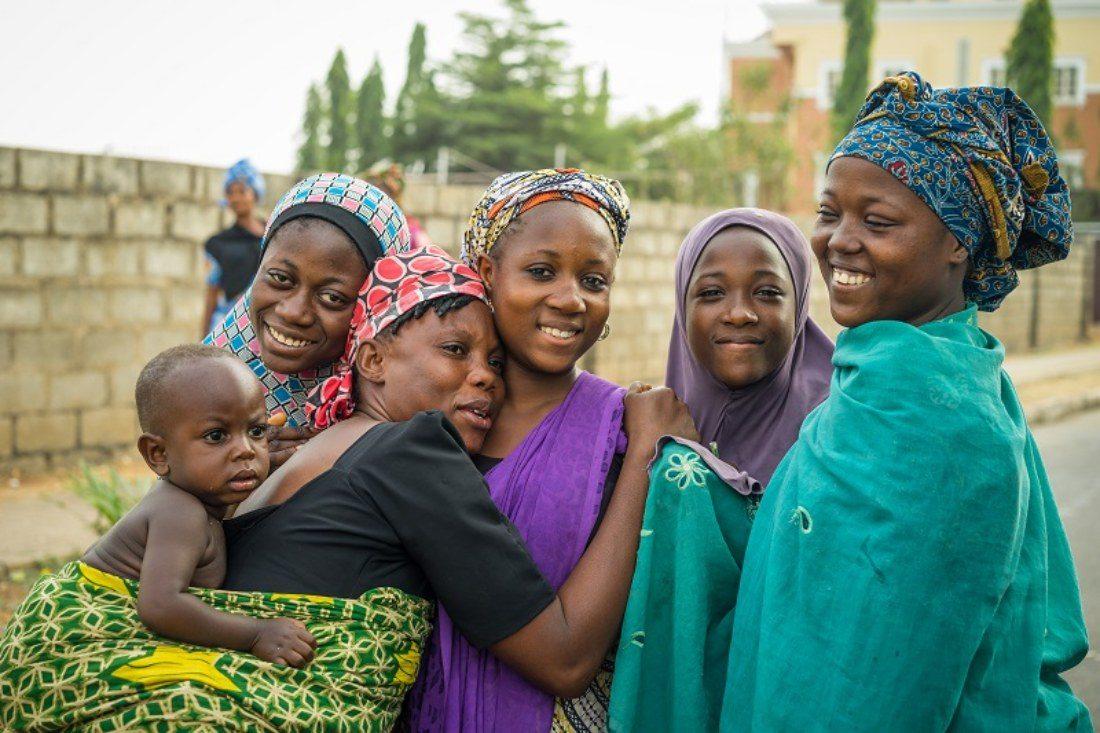 Un groupe de femmes et d'adolescentes nigérianes souriantes