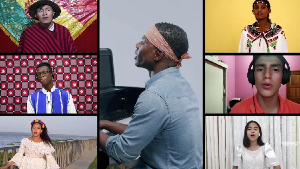 Sur une mosaïque d'écran, Kirk Franklin, au piano, est entouré de vidéos d'enfants qui chantent