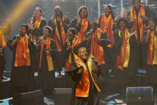 Des membres de New Gospel Family chantent sur scène