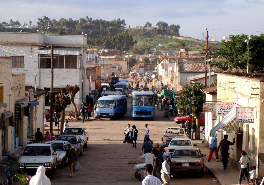 Vue d'une grande rue sableuse urbaine à Asmara