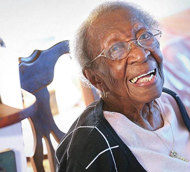 Viola Brown, souriante