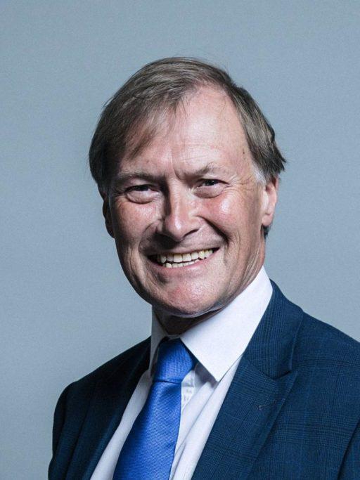 Portrait photo officiel de David Amess, souriant